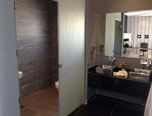 badezimmer-schwarze-fliesen-edel
