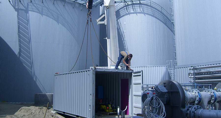Aufbau eines Mobile Heizcontainer in Industrieanlage